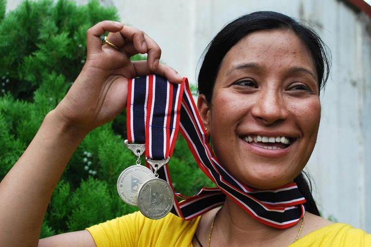 Anshu Jamsenpa (37) menaklukkan puncak Gunung Everest dua kali dalam waktu kurang dari sepekan.