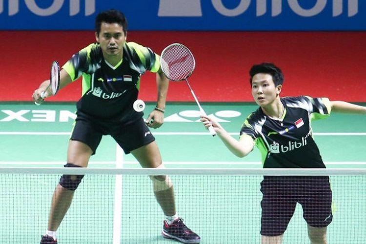Pasangan ganda campuran Indonesia, Tontowi Ahmad/Liliyana Natsir, mengembalikan kok ke arah Tan Kian Meng/Lai Pei Jing (Malaysia) pada babak pertama Indonesia Open 2018 yang berlangsung di Istora Senayan, Jakarta, Selasa (2/7/2018).