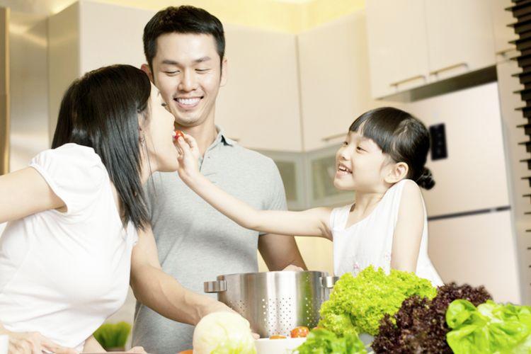 Ilustrasi sebuah keluarga makan makanan segar dan sehat.