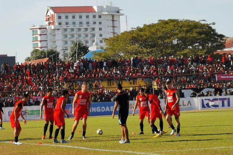 Para pemain PSM Makassar sedang melakukan pemanasan jelang laga leg kedua final Piala Indonesia 2018, PSM vs Persija, di Stadion Andi Mattalatta, Makassar, Selasa (6/8/2019).
