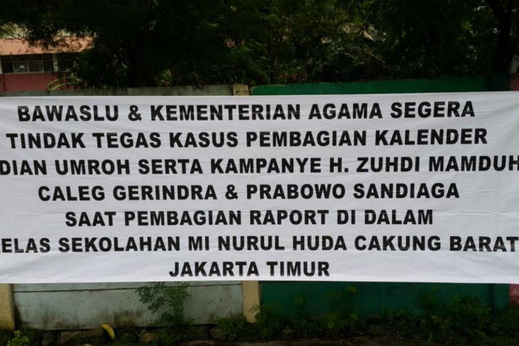 Bawaslu Jaktim pasang spanduk peringatan pelanggaran kampanye yang dilakukan oleh Caleg Gerindra di Cakung, Jakarta Timur