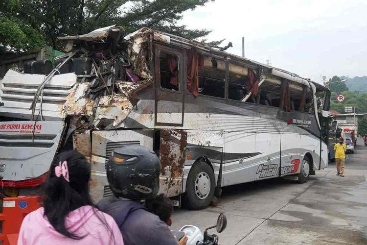 Bangkai Bus Tri Padma Kencana berhasil dievakuasi dari jurang di Tanjakan Cae, Wado, Sumedang. Bus disimpan di kantor Satlantas Polres Sumedang untuk penyelidikan lebih lanjut, Jumat (12/3/2021). AAM AMINULLAH/KOMPAS.com