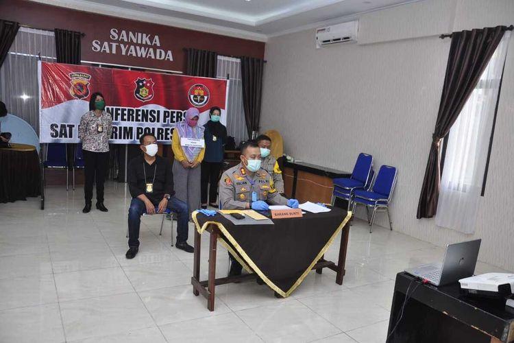 Kapolres Banjar, AKBP Yulian Perdana saat virtual konferensi pers terkait penyebar hoaks pasien Covid-19 kabur dari RSUD Banjar, di Mapolres, Jumat (3/4/2020).