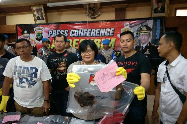Polisi mengungkap penganiayaan yang menyebabkan korban Nurhayati penghuni apartemen Green Pramuka City tewas pada Minggu (6/1/2019) di Mapolres Metro Jakarta Pusat.