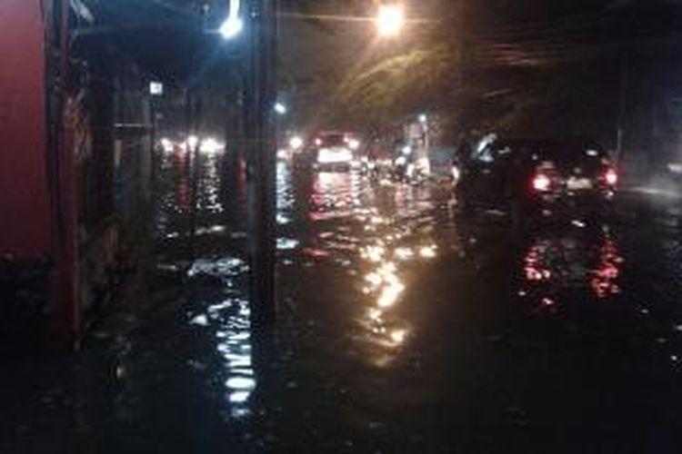 Hujan deras membuat Jalan Kebayoran Lama, Grogol Utara, Jakarta Barat, digenangi air, Sabtu (26/7/2014).