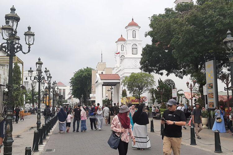 Suasana pengunjung di area Taman Sri Gunting Kawasan Kota Lama Semarang menyambut pergantian tahun 2020, Selasa (31/12/2019)