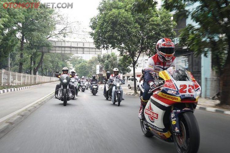 Pebalap Moto2 dari tim Federal Oil Gresini, Sam Lowes (paling depan) saat mengikuti kegiatan berkendara dengan sepeda motor berkeliling Jakarta pada Sabtu (20/7/2019) pagi.
