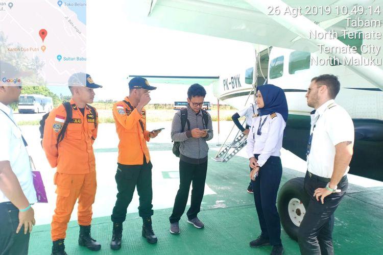 Pilot Pesawat Casena C 208 B PK-BVK bersama dua petugas Basarnas bersiap menaiki pesawat untuk operasi pencarian kapal Kargo MV Nur Allya di perairan Pulau Buru, Senin (26/8/2019).