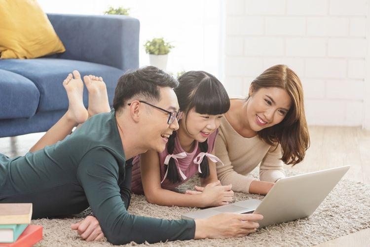 Ilustrasi orangtua mendampingi anak menggunakan gawai dan internet.