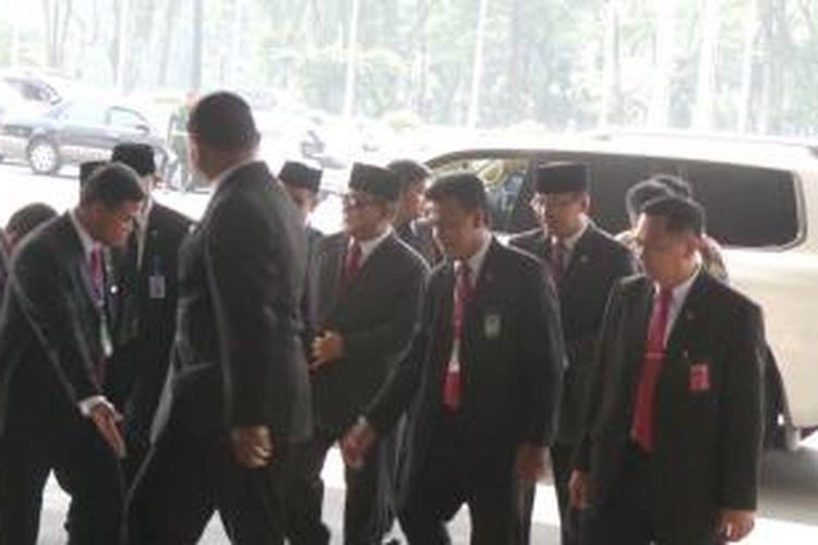 Ketua Umum Partai Gerindra Prabowo Subianto (tengah) hadir di acara pelantikan Joko Widodo dan Jusuf Kalla sebagai Presiden dan Wakil Presiden RI di Gedung MPR/DPD/DPR RI, Senin (20/10/2014) pagi.
