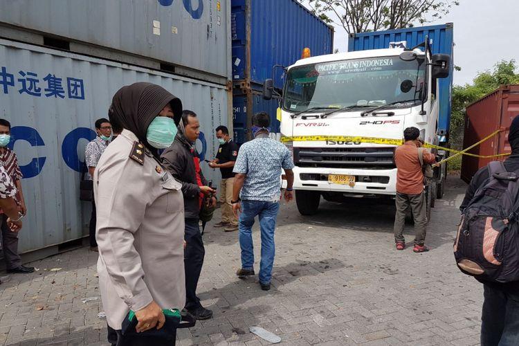 Poisi sita empat kontainer tempat limbah cair yang dibuang di Sungai Kali Lamong, Surabaya.