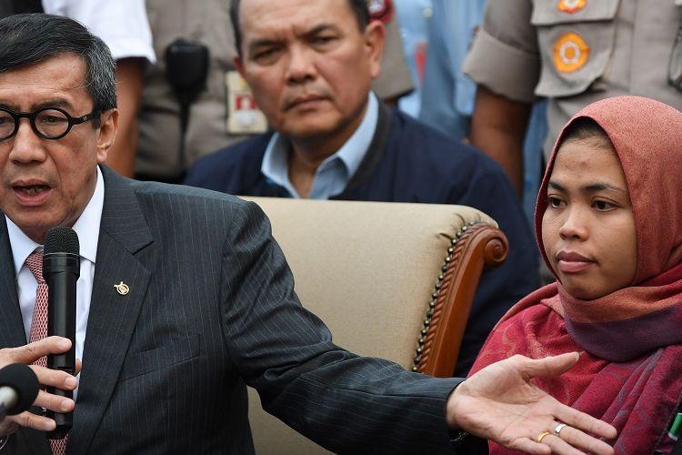 Menkumham Yassona Yasonna Laoly (kiri) bersama Siti Aisyah (kanan) memberikan keterangan setibanya di Bandara Halim Perdanakusuma, Jakarta, Senin (11/3/2019). Siti Aisyah kembali ke Indonesia setelah dibebaskan oleh Pengadilan Tinggi Shah Alam, Malaysia karena jaksa mencabut dakwaan terhadap Aisyah terkait kasus dugaan pembunuhan Kim Jong-Nam . ANTARA FOTO/Wahyu Putro A/ama.