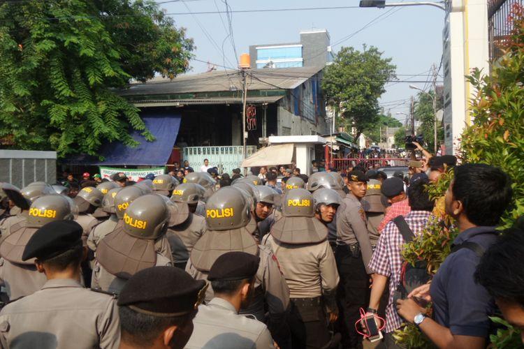 Ratusan personel Polri dengan tameng mengamankan pintu masuk Kantor DPP Partai Golkar , Rabu (11/10/2017).