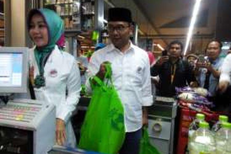 Wali Kota Bandung bersama istrinya Atalia Praratya saat berbelanja menggunakan kantong belanja pribadi di Superindo Dago, Minggu (21/2/2016)