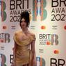 Tampilan Unik Dua Lipa untuk Amy Winehouse di Acara Brit Awards 2021