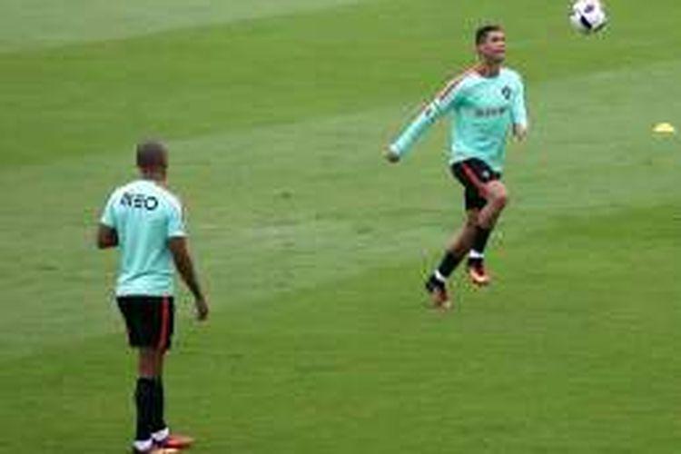 Penyerang Portugal, Cristiano Ronaldo, berlatih jelang melakoni babak perempat final melawan Polandia.