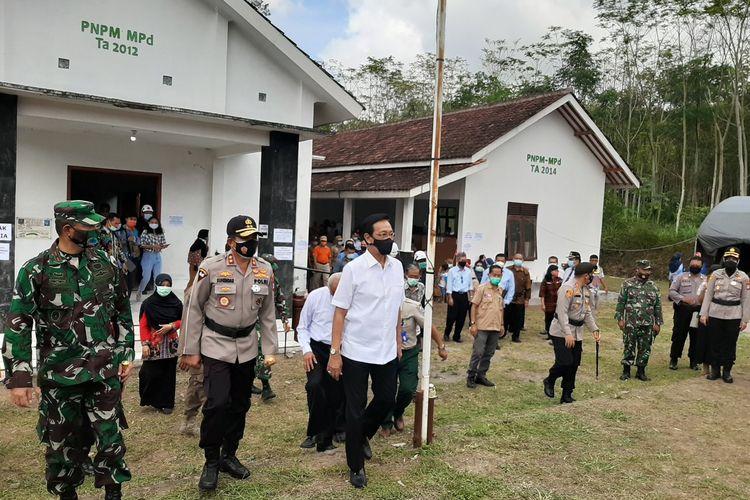 Gubernur DIY Sri Sultan HB X usai melihat barak pengungsian Glagaharjo dan kondisi warga di pengungsian.