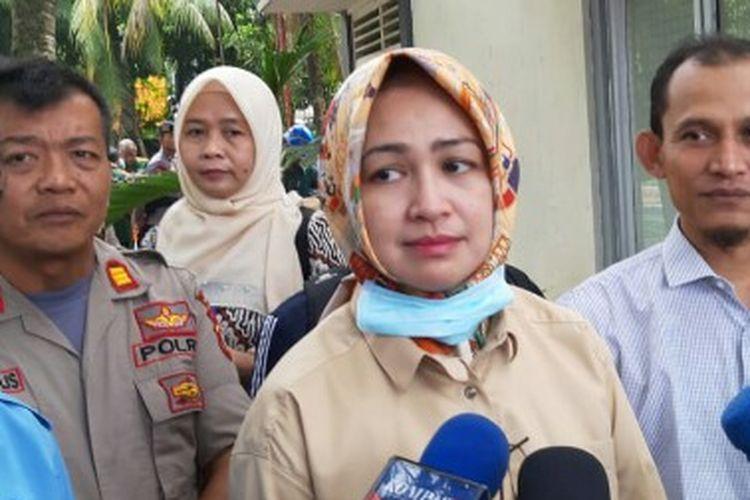 Wali Kota Tangerang Selatan Airin Rachmi Diany meninjau lokasi paparan radiasi nuklir dengan jenis radioaktif caesium 137 di lahan kosong kawasan Perumahan Batan Indah, Kademangan, Setu, Tangerang Selatan, Selasa (18/2/2020).