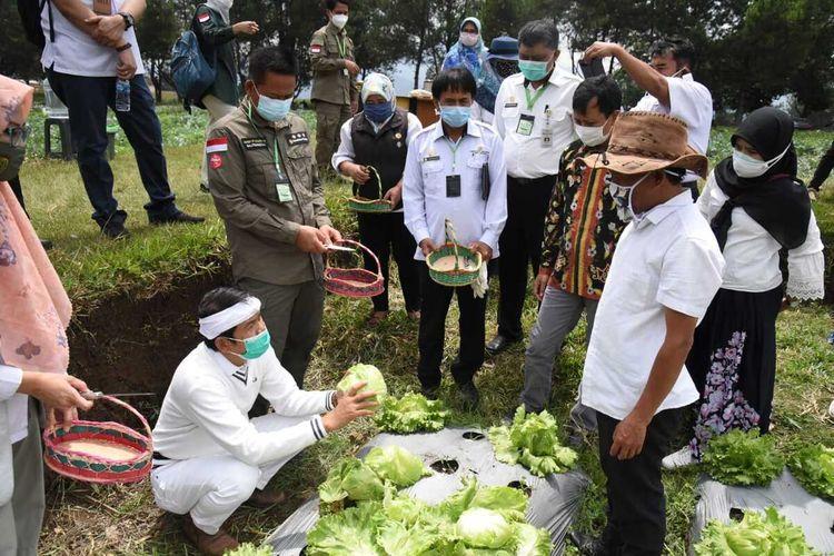 Wakil Ketua Komisi IV DPR RI Dedi Mulyadi melakukan kunjungan ke wilayah Bandung Utara untuk meninjau produksi sayur mayur dan peternakan yang menjadi mata pencaharian sebagian besar masyarakat sekitar Bandung Utara.
