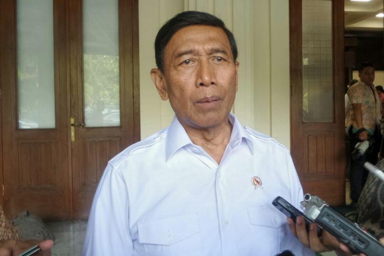 Menteri Koordinator Bidang Politik Hukum dan Keamanan Wiranto usai memimpin rapat koordinasi terbatas tingkat menteri terkait penanganan karhutla, di Kemenko Polhukam, Jakarta Pusat, Kamis (3/8/2017).