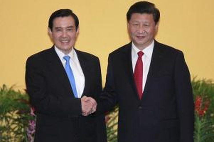 Presiden Tiongkok Xi Jinping bertemu dengan Presiden Taiwan Ma Ying-jeou dalam pertemuan bersejarah di Hotel Shangri-La, Singapura, Sabtu (07/11). ini merupakan pertemuan pertama kedua pemimpin negara itu dalam 66 tahun.