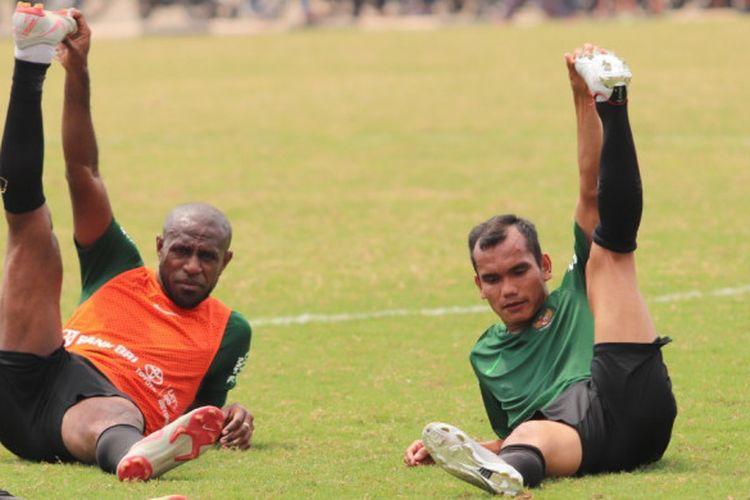 Boaz Solossa dan Riko Simanjuntak saat menjalani latihan timnas Indonesia di Lapangan Babek, Jakarta Utara, Minggu (9/9/2018).