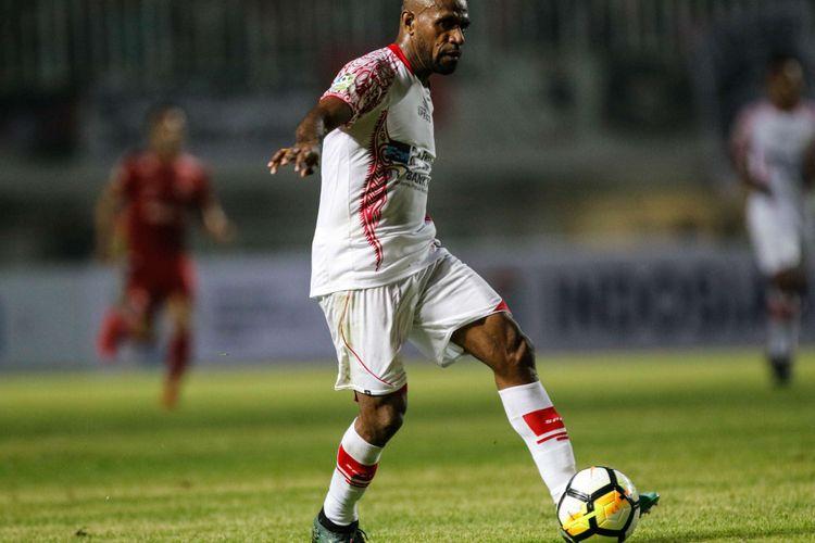 Pemain Persipura Jayapura Boaz mengumpan bola saat Liga 1 2018 di Stadion Pakansari, Bogor, Jumat (25/5/2018). Persija menang dengan skor 2-0.  saat Liga 1 2018 di Stadion Pakansari, Bogor, Jumat (25/5/2018). Persija menang dengan skor 2-0.