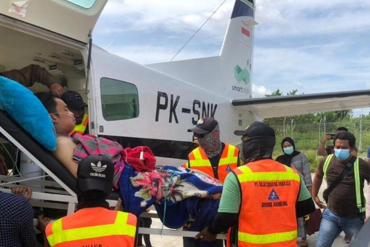 A plane evacuates an individual caught in the crossfire between 'armed criminal groups' [KKB] insurgents and Indonesian forces in Papua province's Intan Jaya regency, Tuesday (9/2/2021)