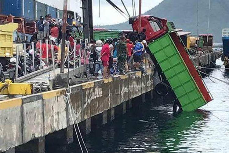 Sebuah truk tercebur ke laut di areal pelabuhan Ahmad Yani, Kota Ternate, Maluku Utara, Minggu (2/4/2017)