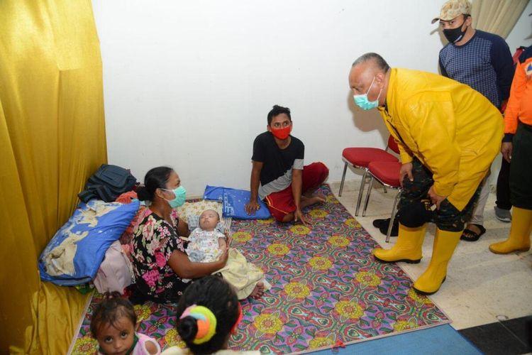 Gubernur Gorontalo Rusli Habibie (kanan) melihat kondisi pengungsian di Gedung Bele li Mbui. Di tempat ini terdapat 400 orang termasuk 12 bayi yang menjadi korban banjir bandang luapan Sungai Bone.