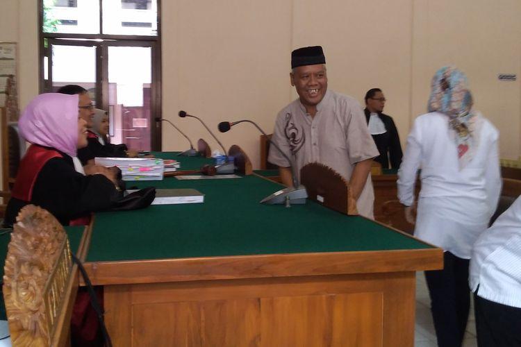 Terdakwa kasus mafia bola Dwi Irianto alias Mbah Putih hadir pada sidang di Pengadilan Negeri (PN) Banjarnegara, Jawa Tengah, Kamis (13/6/2019).