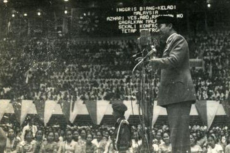 Presiden Soekarno sedang berpidato dalam rapat raksasa mengganyang Malaysia di Gelora Bung Karno tanggal 28 Juli 1963.