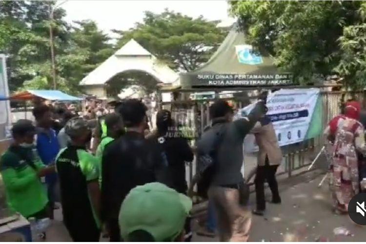 Tangkapan layar akun @warung_jurnalis warga memaksa masuk ke TPU Tegal Alur meski ada larangan untuk ziarah, pada Jumat (14/5/2021).