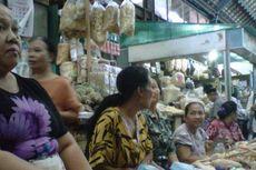 Hari Batik, Pedagang di Pasar Gede Solo Kompak Pakai Batik