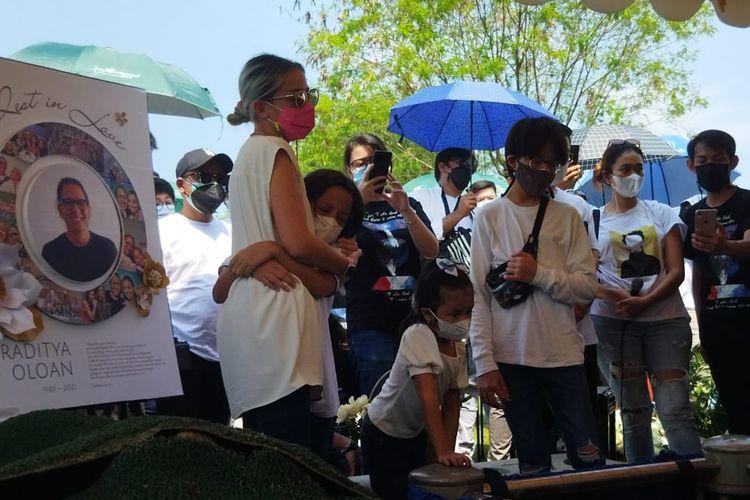 Aktris Joanna Alexandra berpelukan anak keduanya, Zeraiah Moria, saat suaminya, Raditya Oloan, dimakamkan di San Diego Hills, Karawang, Jawa Barat, Minggu (9/5/2021).
