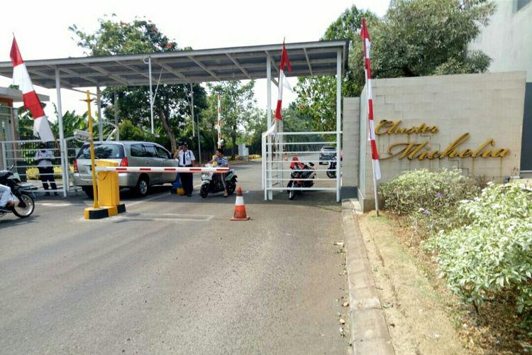 Suasana pos sekuriti yang salah satu petugas keamanannya tewas saat menangkap ular di Cluster Michelia, Tangerang,