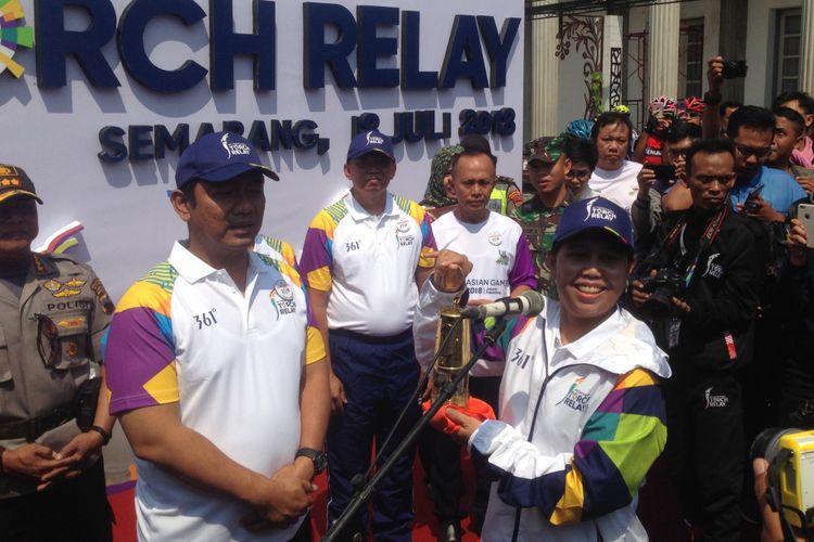 Mantan Petenis Nasional Yayuk Basuki membawa api Asian Games yang diambil dari Mrapen, Jawa Tengah, diarak di Semarang, Rabu (18/7/2018).
