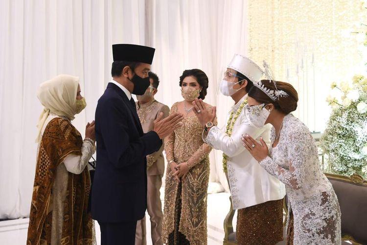 Presiden Joko Widodo dan Ibu Negara Iriana saat menghadiri acara akad nikah YouTuber Atta Halilintar dan penyanyi Aurel Hermansyah di Hotel Raffles, Kuningan, Jakarta Selatan, Sabtu (3/4/2021). Atta dan Aurel tampak mengenakan pakaian serba putih.