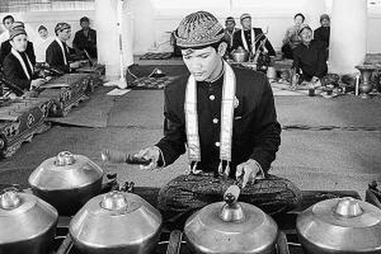 """Pengrawit memainkan bonang, menandai dimulainya gending """"Rambu"""" dan """"Rangkung"""" yang dimainkan dari gamelan Kiai Guntur Madu bergantian dengan gamelan Kiai Guntur Sari, pekan lalu."""