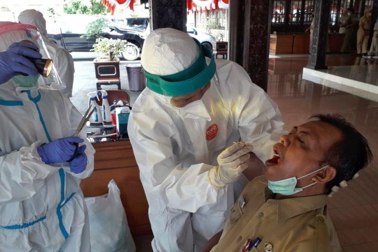 Sejumlah pejabat di Pemerintah Kabupaten Purbalingga menjalani tes swab masal di Pendapa Dipakusuma, Selasa (28/7/2020).