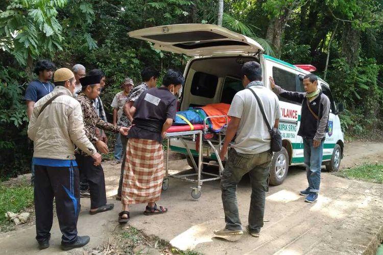 korban pendaki ilegal Gunung Rinjani saat durbak7 masuk ambulance
