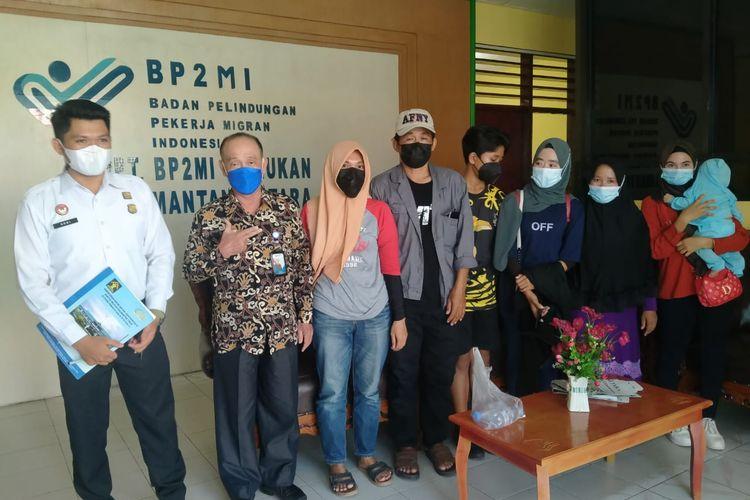 BP2MI Nunukan bersama para TKI yang pulang ke Indonesia melalui jalur darat Krayan perbatasan RI Malaysia