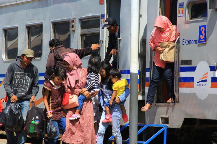 PT Kereta Api Indonesia (KAI) menggratiskan tiket kereta api (KA) lokal/komuter PSO (subsidi) dan perintis pada Sabtu (13/3/2019).