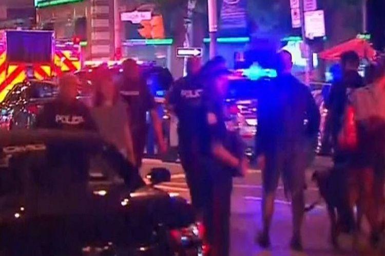 Pelaku berjaga di sekitar kawasan sebuah restoran di Toronto, Kanada, di mana dilaporkan terjadi penembakan yang mengakibatkan 9 orang terluka Minggu (22/7/2018).