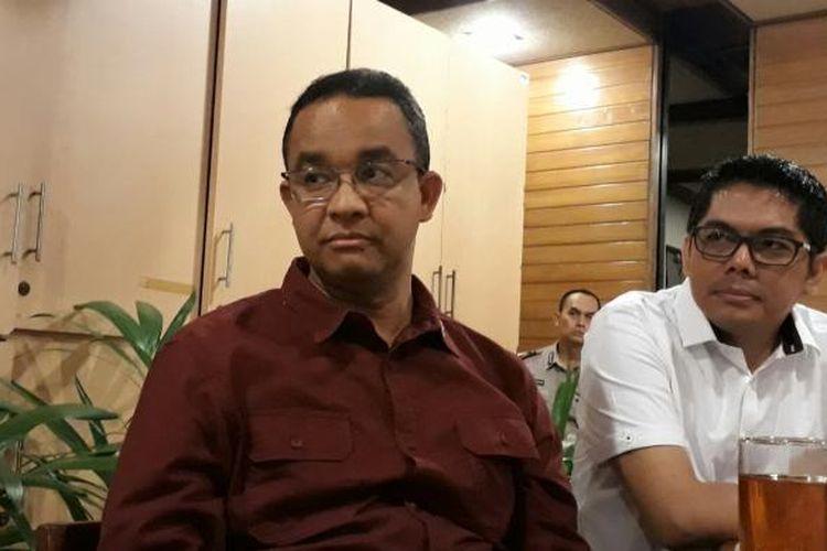 Calon gubernur DKI Anies Baswedan saat diwawancari di Jalan Gajah Mada, Tamansari, Jakarta Barat (25/1/2017)