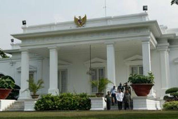 Presiden Joko Widodo didampingi Panglima TNI Moeldoko, Kepala BIN Marciano Norman, Kepala Staf Angkatan Udara Ida Bagus Putu Dunia, Kepala Staf Angkatan Laut Marsetio, Kepala Staf Angkatan Darat Gatot Nurmantyo dan Kapolri Sutarman, keluar dari Istana Merdeka untuk memberikan konferensi pers di halaman belakang komplek istana, Jakarta, Rabu (22/10/2014). Jokowi-JK belum mengumumkan nama-nama menteri yang akan mengisi kabinet dalam pemerintahan mereka nanti.