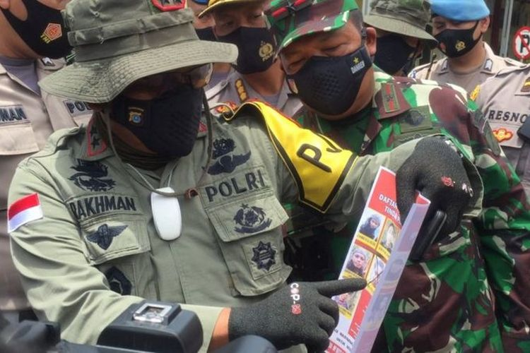 Kapolda Sulteng, Irjen Pol Abdul Rakhman Baso, didampingi Danrem 132 Tadulako saat memberi keterangan pers terkait kontak tembak di Poso, Selasa (02/03).