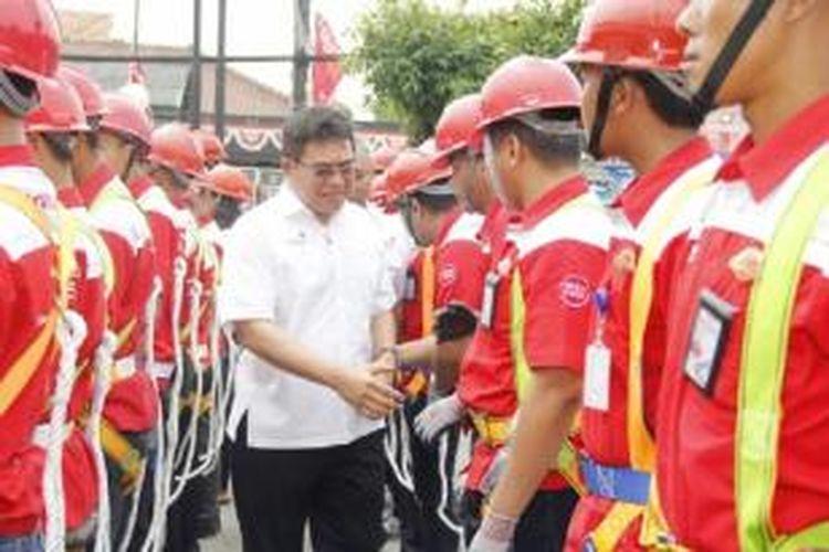 Direktur Utama PT Telkom Alex J. Sinaga mengecek kesiapan petugas teknis lapangan menjelang Natal dan Tahun Baru 2016 di Jakarta.