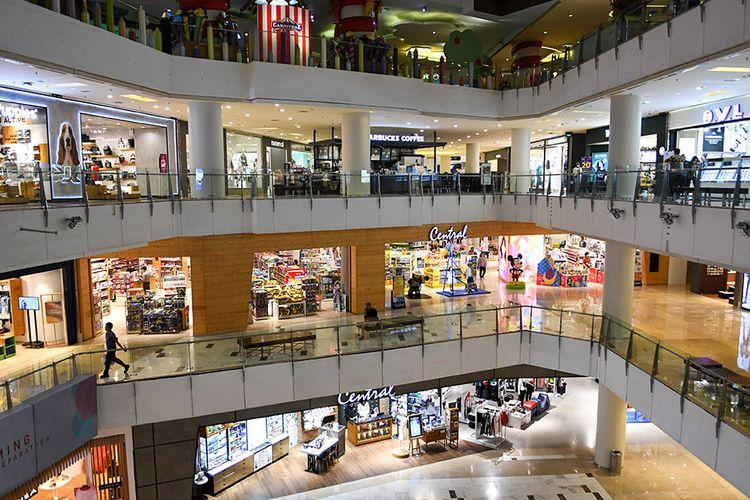 Aktivitas di salah satu pusat perbelanjaan di Jakarta, Kamis (19/3/2020). Himpunan Penyewa Pusat Perbelanjaan Indonesia (Hippindo) memprediksi jika dalam dua bulan ke depan kalau kondisi masih sepi, dan tidak ada bantuan apapun dari pemerintah, toko-toko di pusat perbelanjaan akan tutup karena tidak adanya omzet akibat pandemi COVID-19.