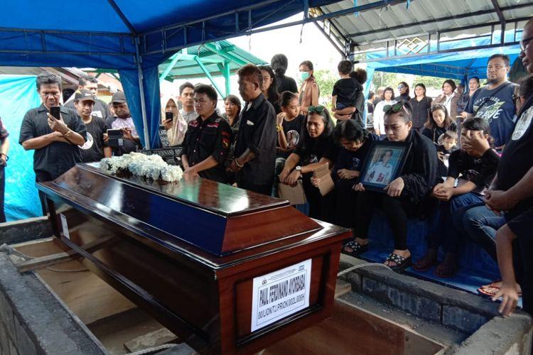Prosesi pemakaman Paul Ferdinand Ayorbaba salah satu korban jatuhnya pesawat Lion Air di perairan Karawang, Jawa Barat. Almarhum di makamkan tepat disamping makam ayahnyya Luther Ayorbaba di pemakaman umum Kristen, SP 1, Distrik Wania, Timika Papua, Jumat (9/11/2018).